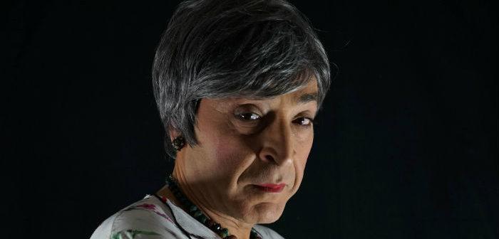 Al Teatro Biondo di Palermo, Filippo Luna interpreta Carmela, protagonista de La veglia, il nuovo tragicomico spettacolo di Rosario Palazzolo