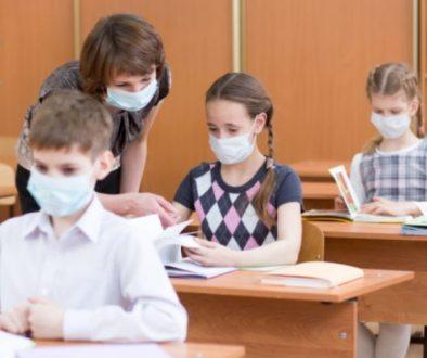studenti con mascherine